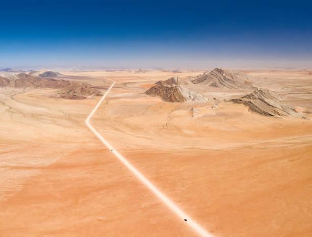 straße durch die namib-wüste in namibia, afrika - namib wüste stock-fotos und bilder