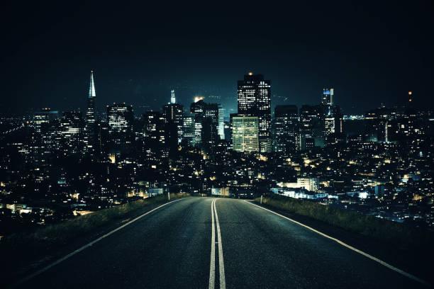 Straße zum Nacht-Stadt – Foto