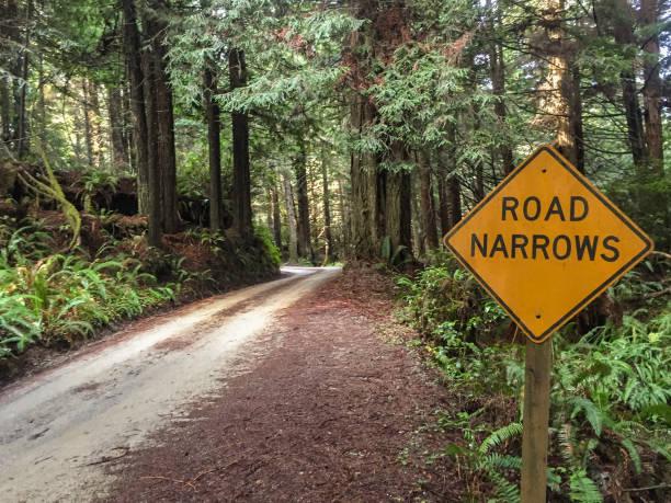 route narrows - étroit photos et images de collection