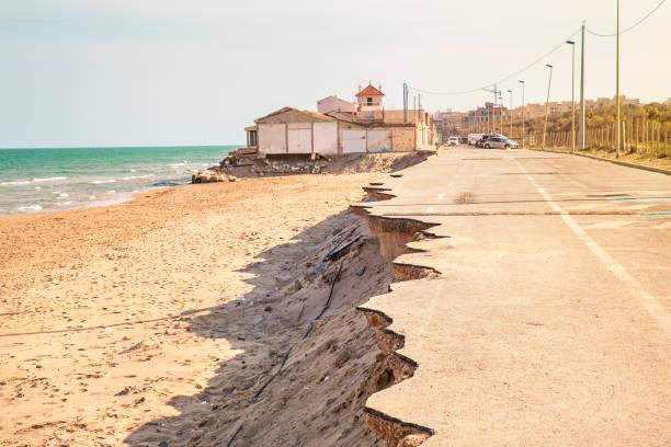 droga w pobliżu plaży zawaliła się przez burzę morską. zmiana klimatu - erodowany zdjęcia i obrazy z banku zdjęć