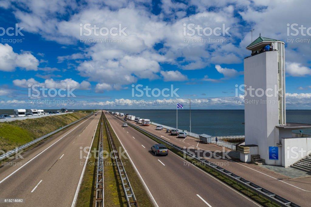 Weg op Afsluitdijk dam in Nederland foto