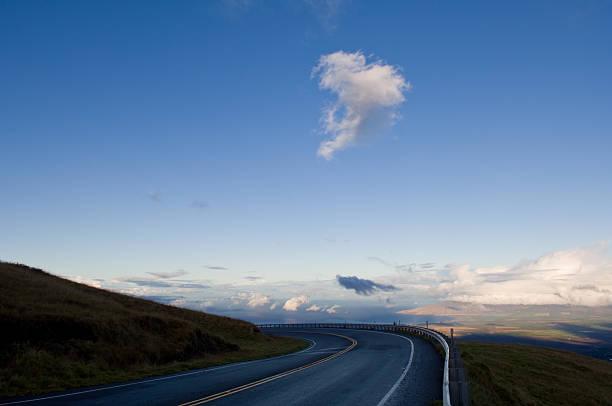 straße an der mountain seite mit lone cloud überragt - mark tantrum stock-fotos und bilder