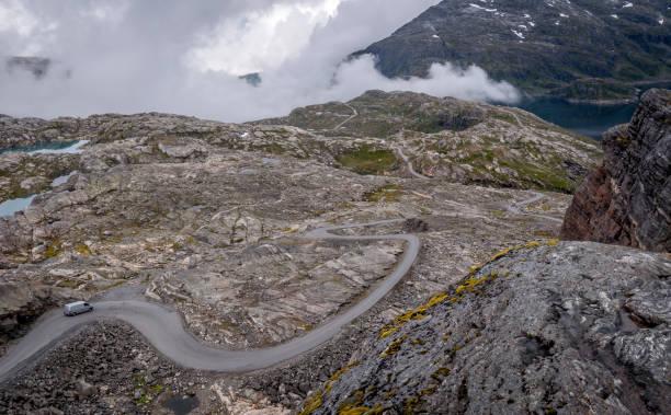straße in die berge - neue abenteuer stock-fotos und bilder