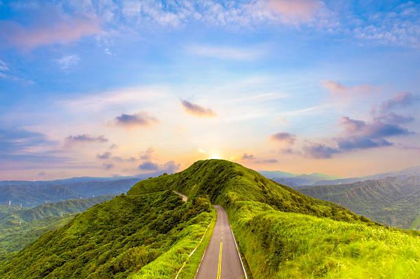 Route sur le sommet de la colline - Photo