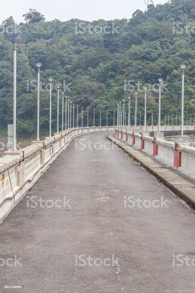 Road over dam or reservoir - Zbiór zdjęć royalty-free (Bez ludzi)