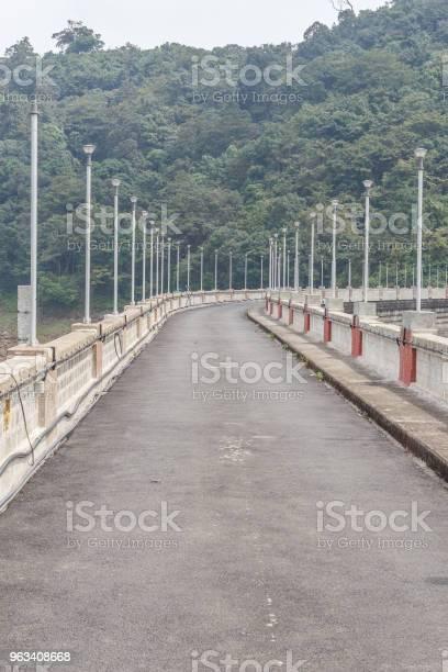 Droga Nad Zaporą Lub Zbiornikiem Wodnym - zdjęcia stockowe i więcej obrazów Indie
