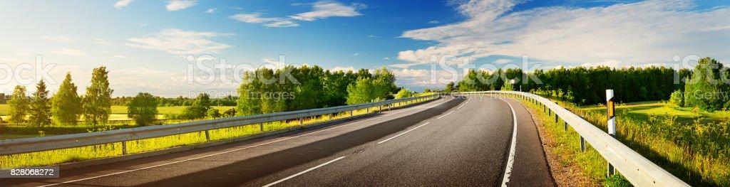 Road-Panorama auf sonnigen Frühlingsabend – Foto