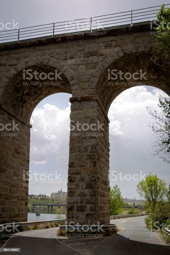 Vägen passerar under en järnvägsbro royaltyfri bildbanksbilder