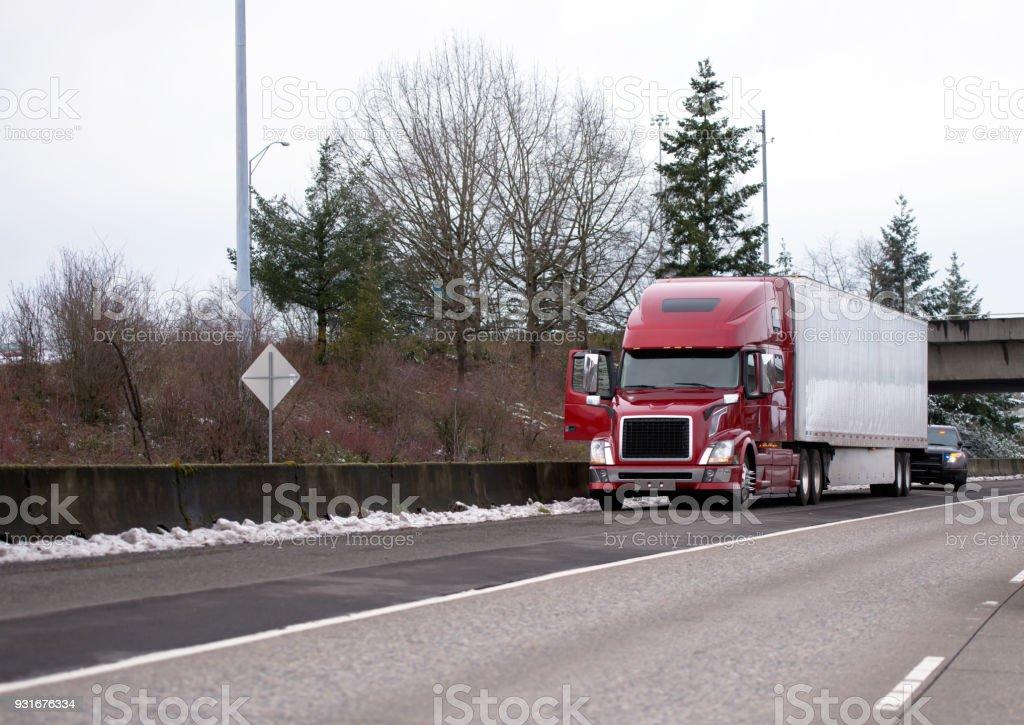 Road-Patrouille, die Polizei kontrolliert beendet Langstrecken-Sattelzug Sattelschlepper mit Reefer Trailer auf Winter Autobahn gestoppt – Foto