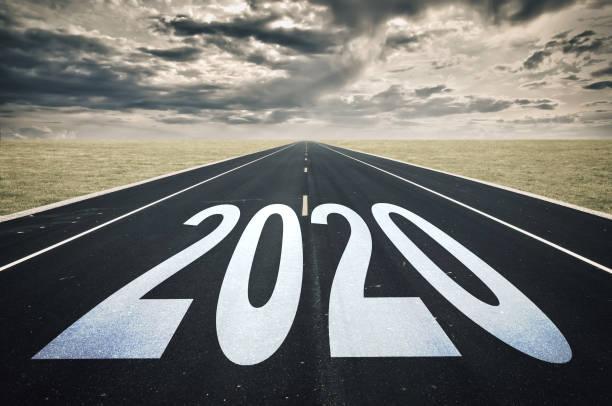 2020 Straßenperspektive, dunkle Wolken, Krisenkonzept – Foto