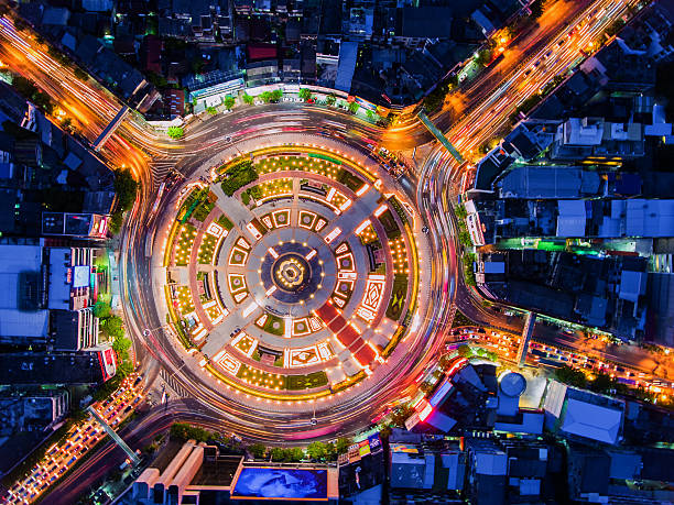 road roundabout with car lots in bangkok,thailand.beautiful stre - kreisverkehr stock-fotos und bilder