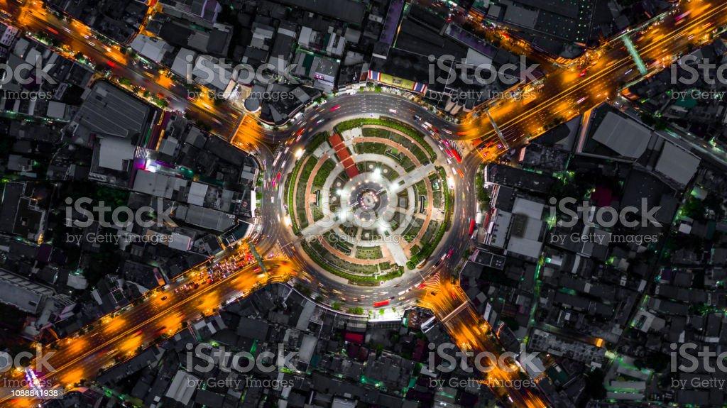 Rond-point de la route avec beaucoup de voiture, la circulation routière dans la ville de Bangkok à la nuit, antenne vue de dessus, Wongwainyai, Bangkok, Thaïlande. - Photo de Affaires libre de droits