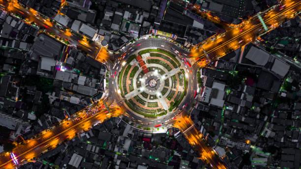 rond-point de la route avec beaucoup de voiture, la circulation routière dans la ville de bangkok à la nuit, antenne vue de dessus, wongwainyai, bangkok, thaïlande. - rond point carrefour photos et images de collection