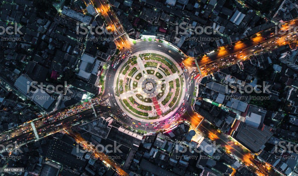 Road roundabout with car lots Wongwian Yai in Bangkok,Thailand. street large beautiful downtown at night light.  Aerial view , Top view ,cityscape ,Rush hour traffic jam foto stock royalty-free
