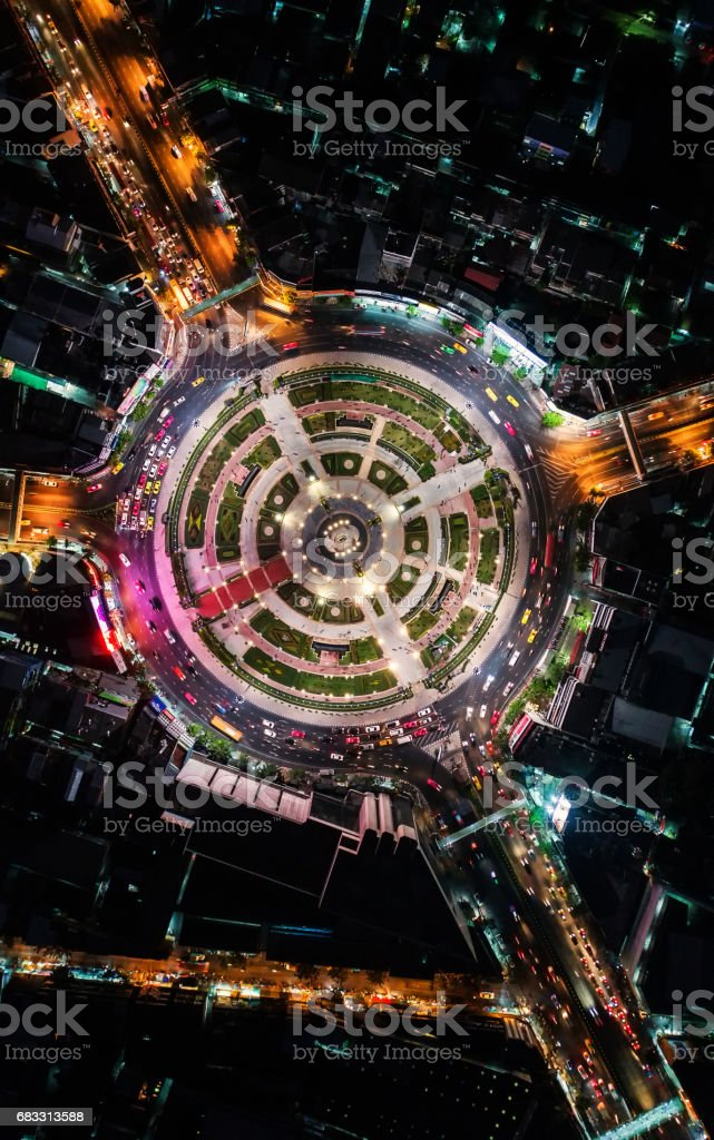 Road roundabout with car lots Wongwian Yai in Bangkok,Thailand. street large beautiful downtown at evening light.  Aerial view , Top view ,cityscape ,Rush hour traffic jam foto stock royalty-free