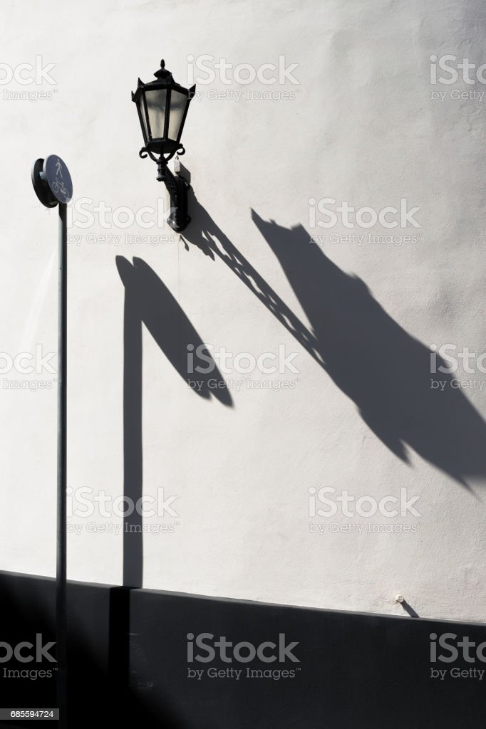 道路標誌和牆上的燈 免版稅 stock photo