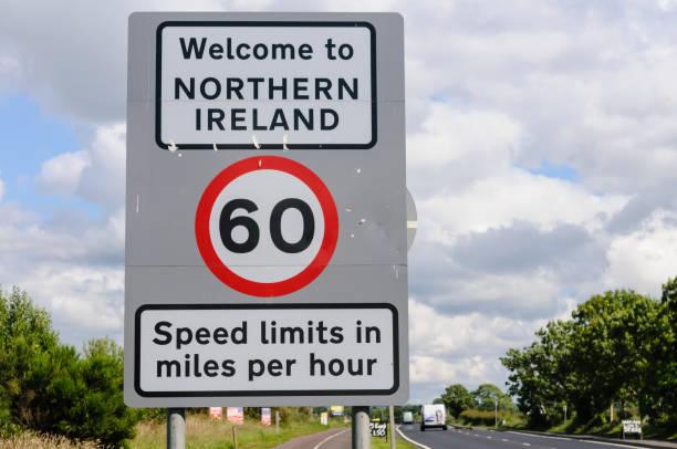 Road Sign an der nordirischen Grenze zur Irischen Republik, das Menschen in Nordirland willkommen heißt, und erinnert daran, dass Geschwindigkeitsbegrenzungen in mph sind. – Foto