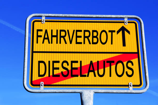 verkehrszeichen für diesel-pkw in deutschland fahren. diesel-verbot-symbol - straßenschild stock-fotos und bilder