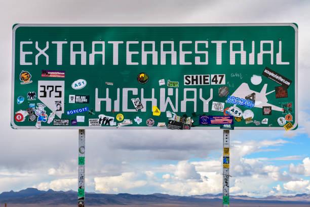 señal de tráfico de la autopista extraterrestre en nevada - numero 51 fotografías e imágenes de stock