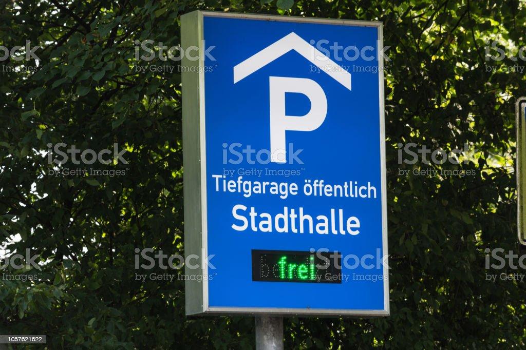 Sinal de trânsito, informações assinar com inscrição - foto de acervo