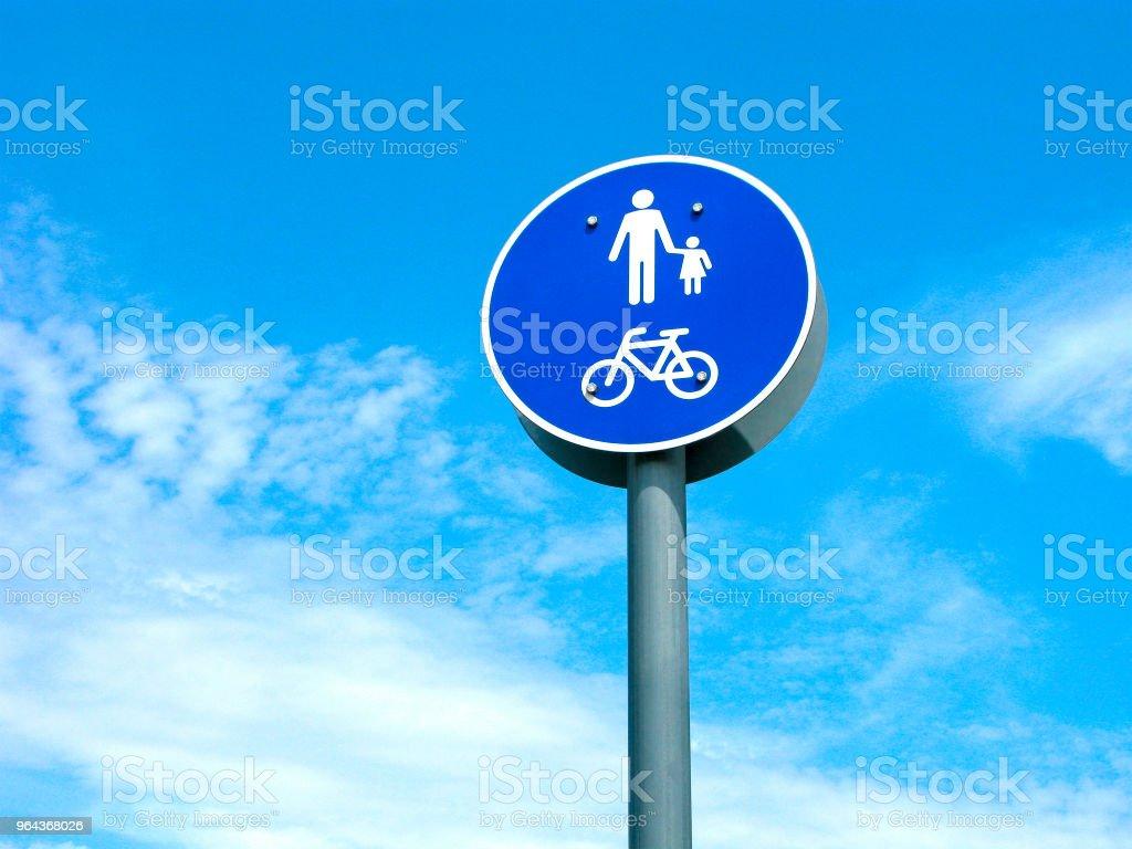 Sinal de trânsito, pedestres e bicicletas área - Foto de stock de Adulto royalty-free