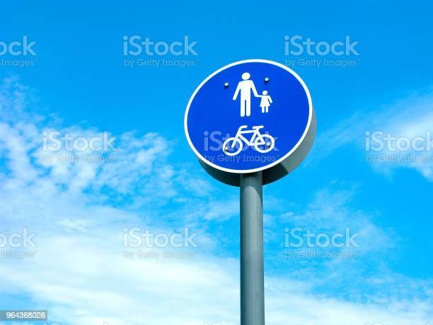 Foto de Sinal De Trânsito Pedestres E Bicicletas Área e mais fotos de stock de Adulto