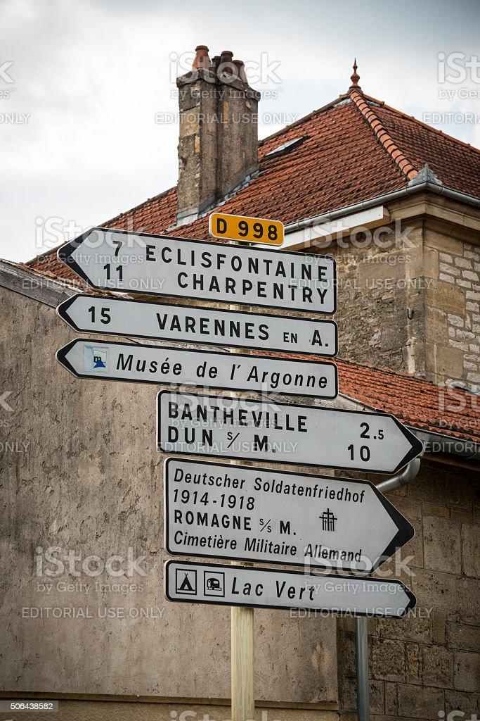Znaki drogowe są w Romagne-sous-Montfaucon, Francja – zdjęcie