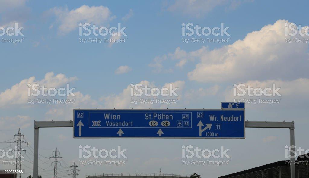 señales que indican el camino a Viena - Foto de stock de Aire libre libre de derechos