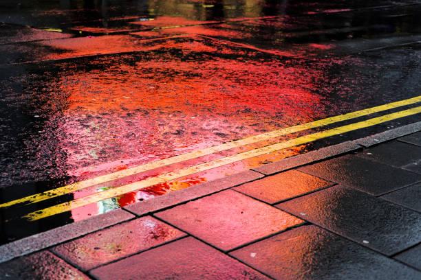 Straße, Oberfläche und reflektierte Licht. – Foto