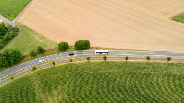 Straße durch landwirtschaftliche Nutzfläche – Foto