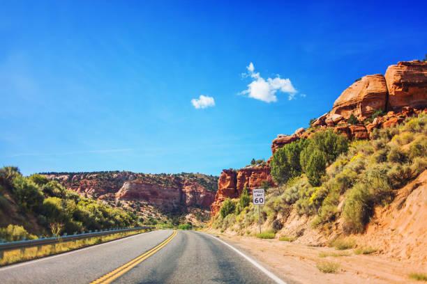 weg door de bergen in utah, verenigde staten - arizona highway signs stockfoto's en -beelden