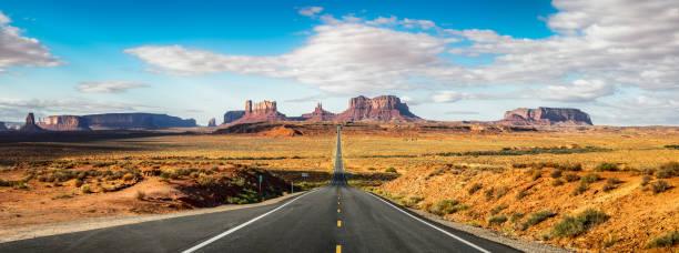 straße zum monument valley forrest gump punkt. utah - colorado plateau stock-fotos und bilder