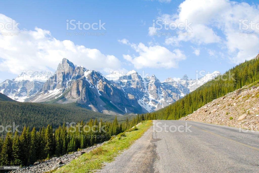 Camino a lago Moraine en el primavera, el Parque nacional Banff, Canadá montañas rocosas, Alberta, Canadá - Foto de stock de Aire libre libre de derechos