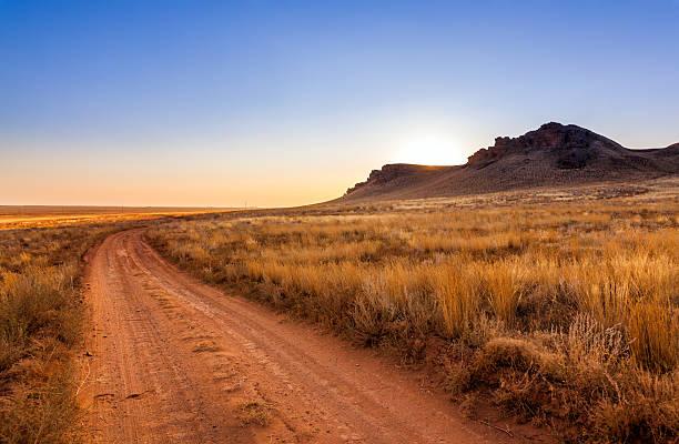 droga na zachód słońca w step - półpustynny zdjęcia i obrazy z banku zdjęć