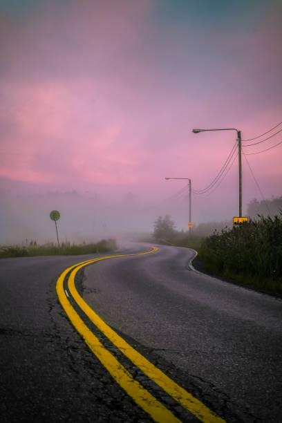 Estrada ao amanhecer - foto de acervo