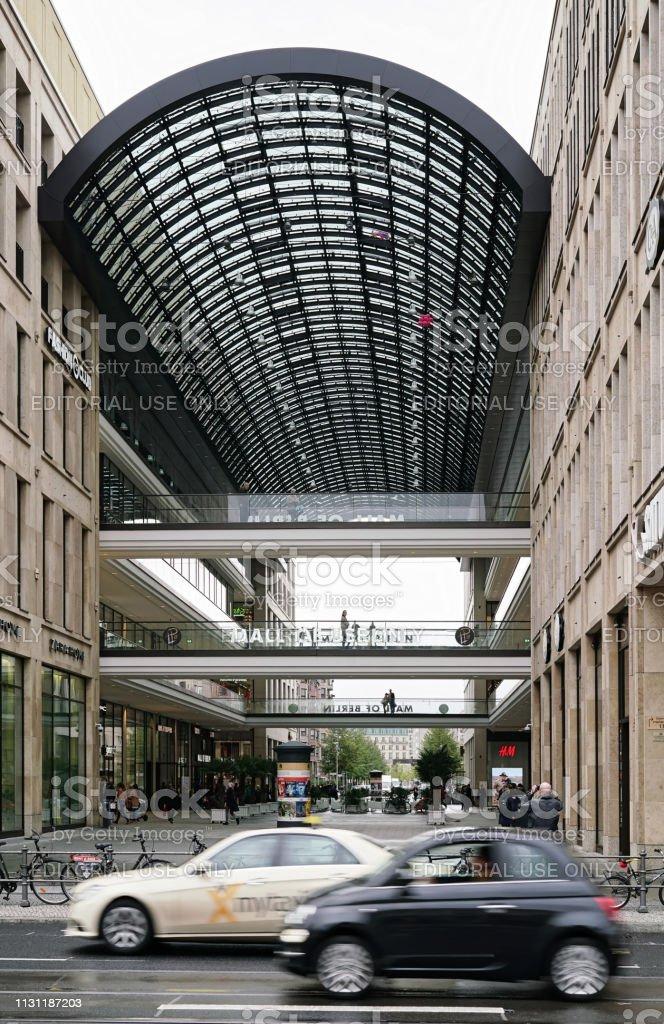 Straßenverkehr vor einem Einkaufszentrum in Berlin – Foto
