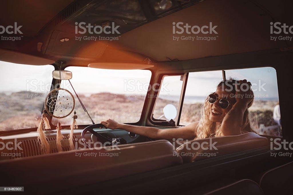 Route Voyage bas de bikini fille assis dans Van rétro à la plage - Photo
