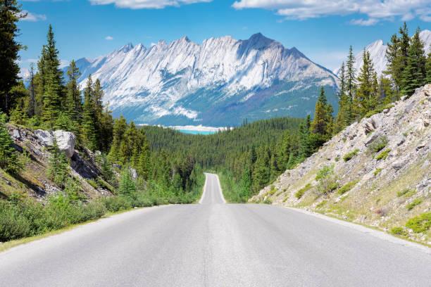 roadtrip in den rocky mountains. - zweispurige strecke stock-fotos und bilder