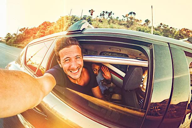road trip des autophotos - homme faire coucou voiture photos et images de collection