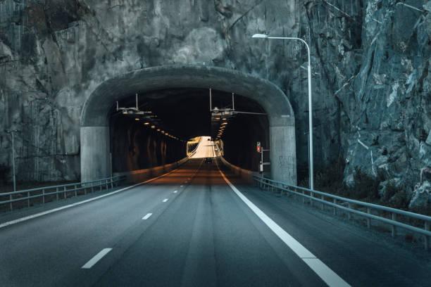 vägtunnel genom rock i sverige - tunnel trafik sverige bildbanksfoton och bilder