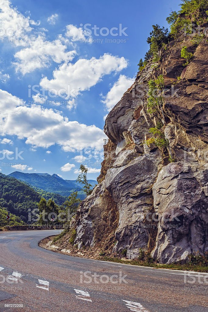 Road turn along steep rocky cliff Lizenzfreies stock-foto