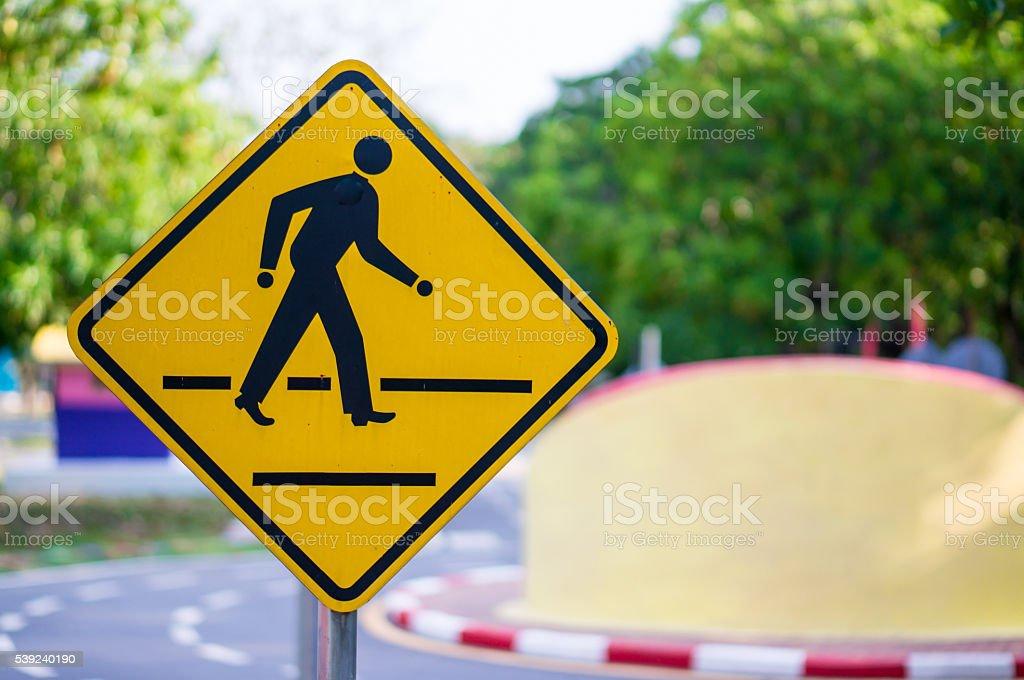 Señal de alerta en carretera con cielo con Hombre caminando a Símbolo foto de stock libre de derechos