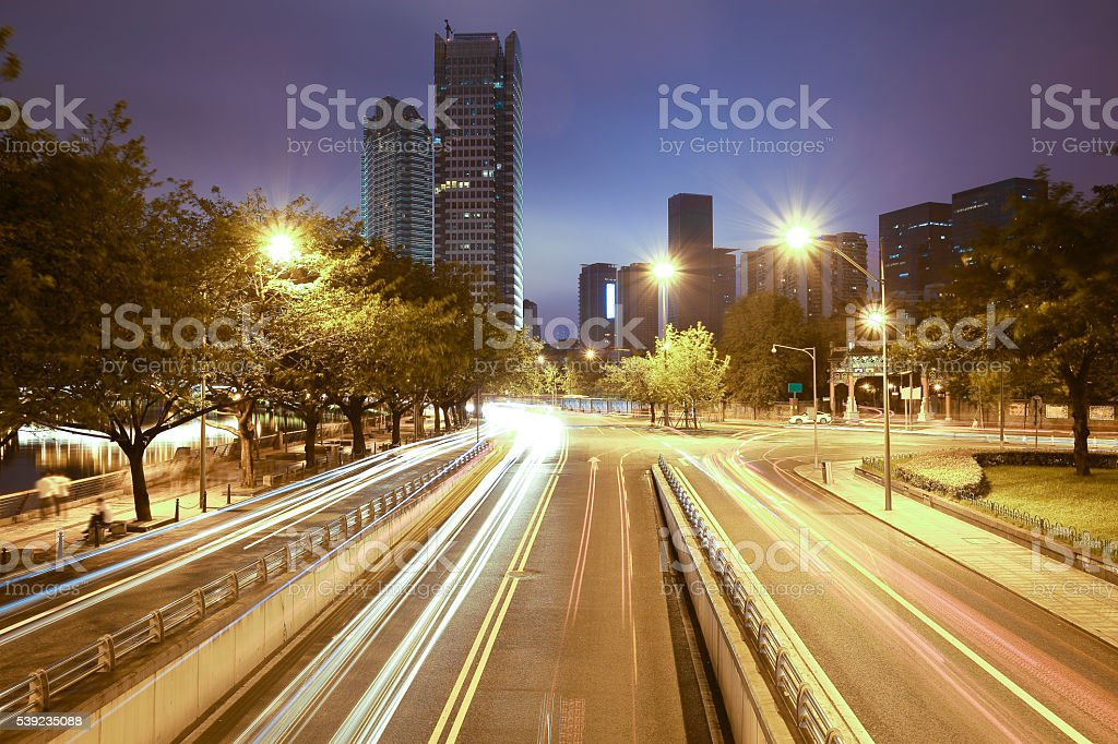 Estrada com arquitetura moderna de fundo de noite cidade foto royalty-free