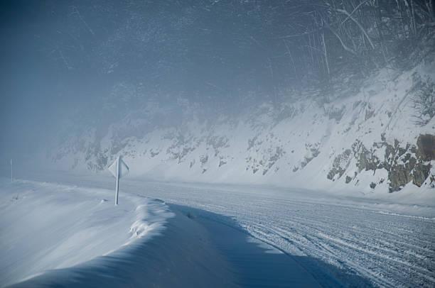 road Con la nieve en el invierno curva peligrosa - foto de stock