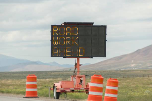 Utah ve Nevada ABD Amerika arasındaki karayolu üzerinde yol çalışması Ahead trafik işareti stok fotoğrafı