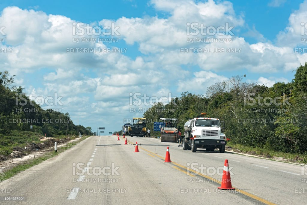 camino de las obras carretera 307 cerca de bacalar, quintana roo, México - foto de stock