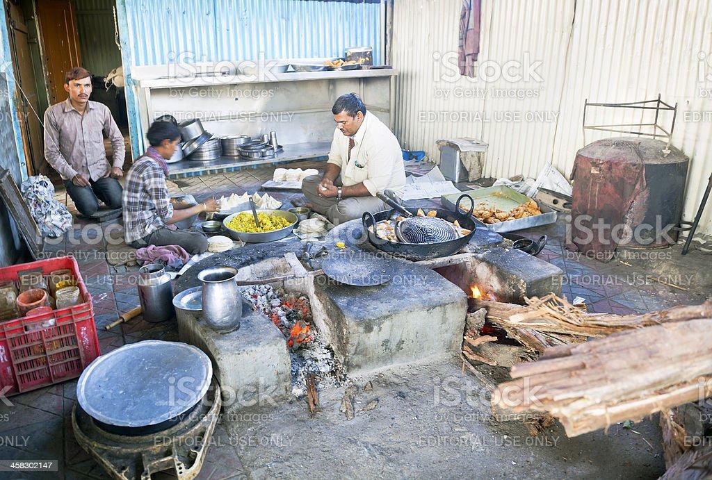 Auxílio na estrada cafe kitchen Índia samosas de culinária - foto de acervo