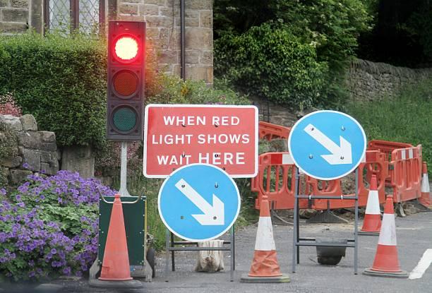 roadworks with temporary traffic lights - temporär bildbanksfoton och bilder