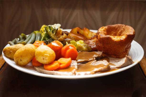 roast beef dinner with yorkshire pudding - jantar assado imagens e fotografias de stock