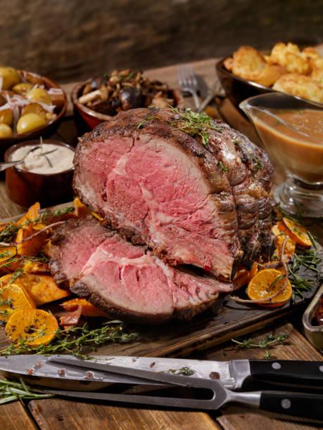 roast beef fest - tranchieren stock-fotos und bilder